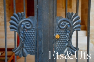 Puerta de la iglesia de Santa Ana cerrada