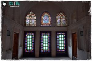 Detalles de las vidrieras que colorean e iluminan la casa