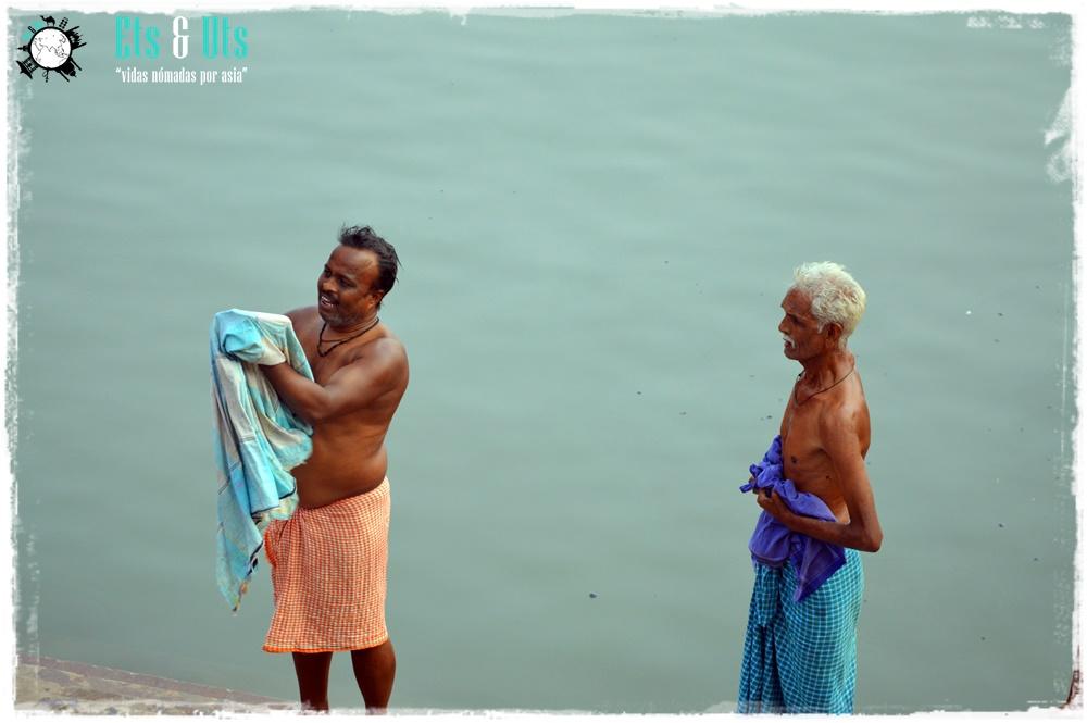 Gente bañandose en el ganges, Varanasi, India