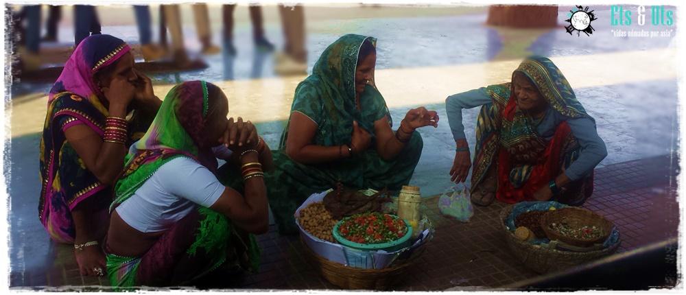 Mujeres en el andén en India