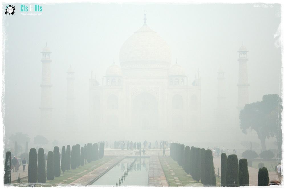 El Taj Mahal con niebla en Agra, India