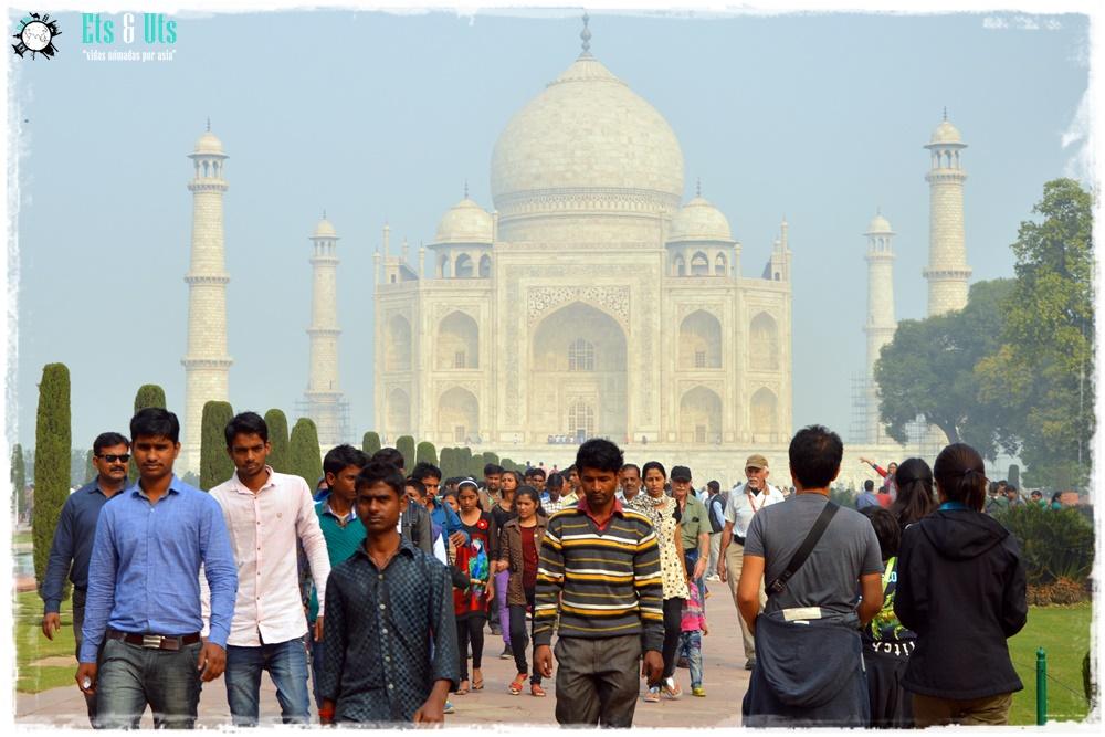 Taj Mahal con turistas Agra India